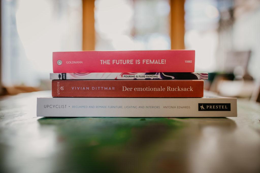 Bücherliebe – von Acrylic Pouring, Feminismus und dem emotionalen Rucksack